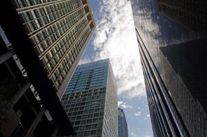 銀行などビルが立ち並ぶ